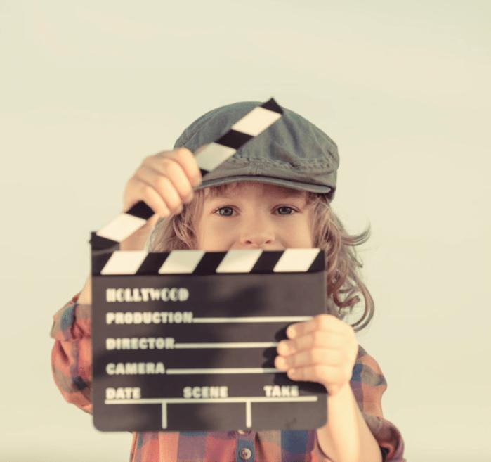 """Niño con claqueta. En: M. A. NOVILLO LÓPEZ, """"La aplicación didáctica del cine en el aula"""", Padres y maestros, 2020, p. 22."""